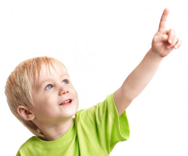 Мальчик показывает пальцем