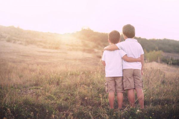 Братья стоят в обнимку