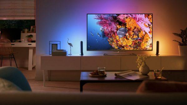 Включенный телевизор в комнате