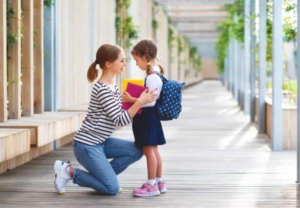 Мать успокаивает дочь-школьницу