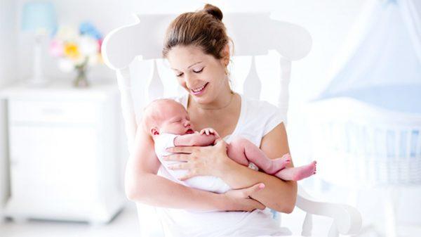 Мама с новорожденным на руках