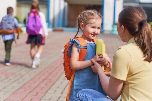 Мама поддерживает дочь перед школой