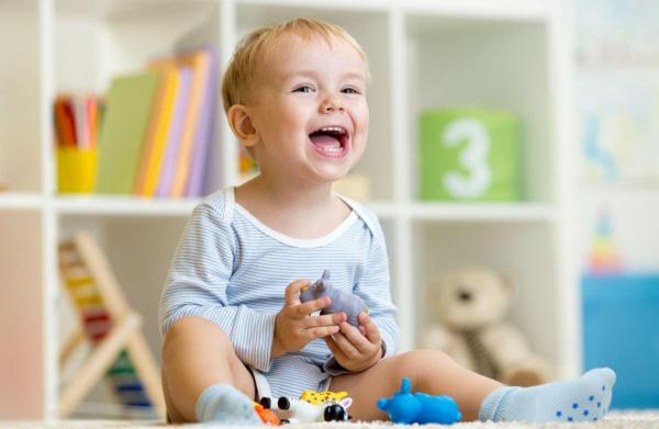 Веселый ребенок в детском саду