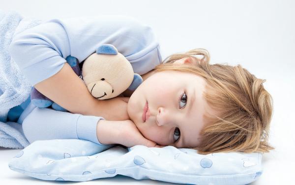 Девочка лежит в постели