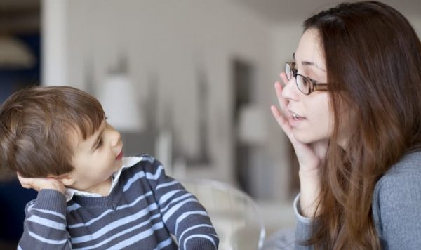 Мальчик разглядывает маму