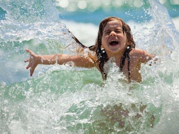 Девочка купается в водоеме