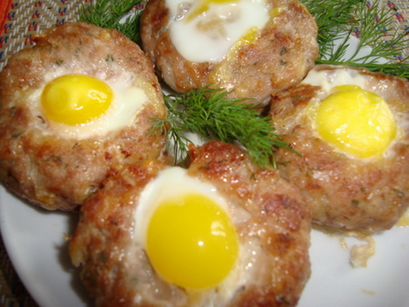 Schnitzels with quail eggs in the oven