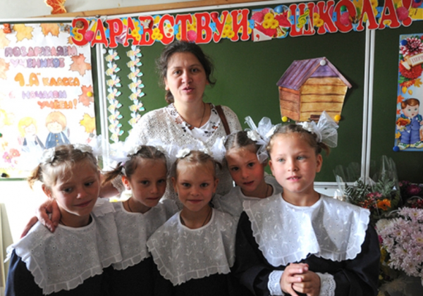 Сестрички Артамкины с первой учительницей