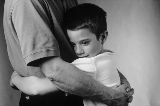 Сын обнимается с отцом