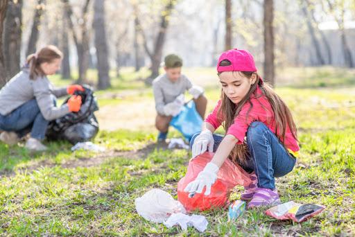 Семья собирает мусор в лесу