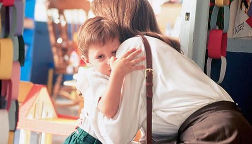 Ребенок прощается с мамой в детском саду