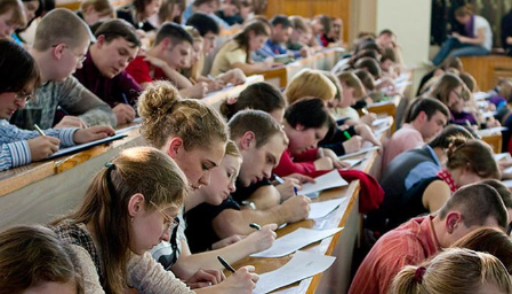 Студенты конспектируют лекцию