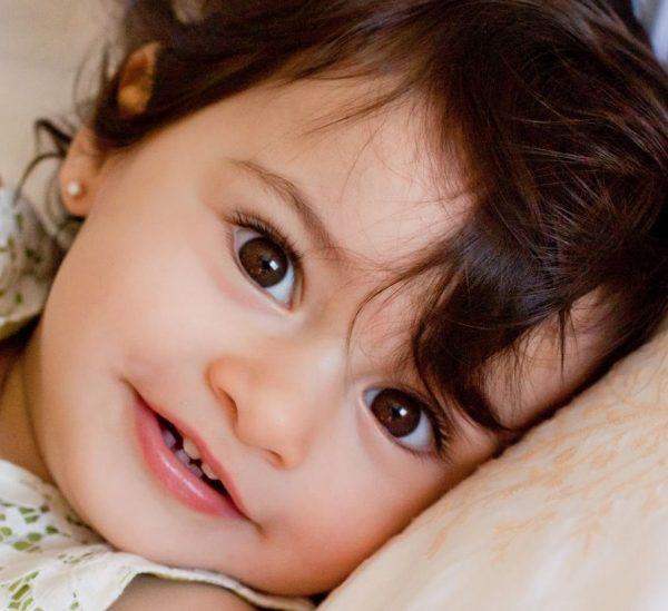 Малышка с карими глазами