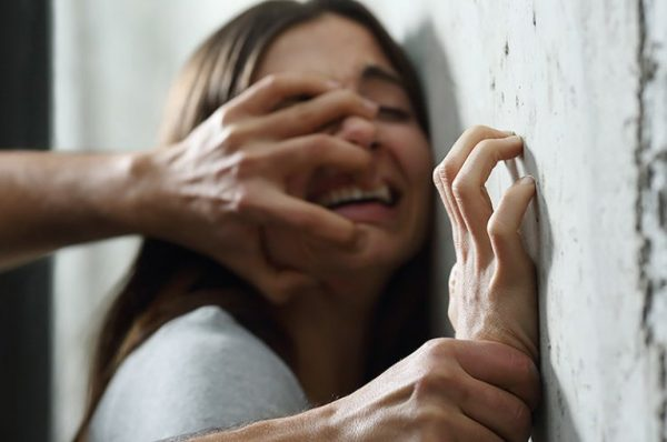Девочку насилуют