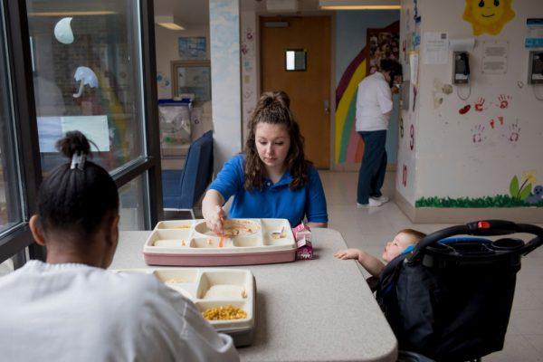 Дестини Дауд, в центре, кормит свою 10-месячную дочь Джейлин Парселл