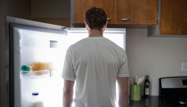 парень возле холодильника