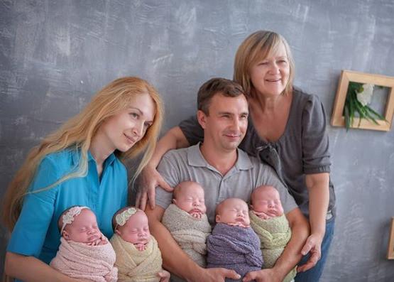 Оксана с мужем, мамой и детьми