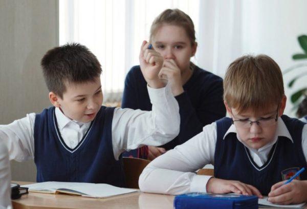 Школьник бьет школьника