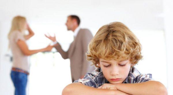 Родители ссорятся, мальчик грустит