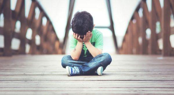 Мальчик грустит