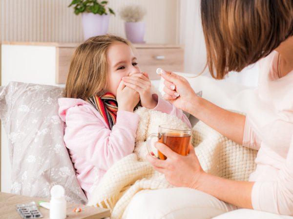 ребенок пьет лекарства