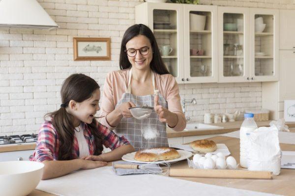 дочка помогает маме готовить