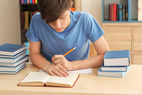 подросток учит уроки