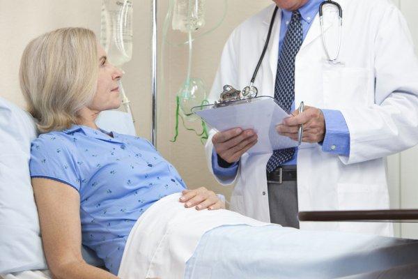 Женщина в больнице слушает врача
