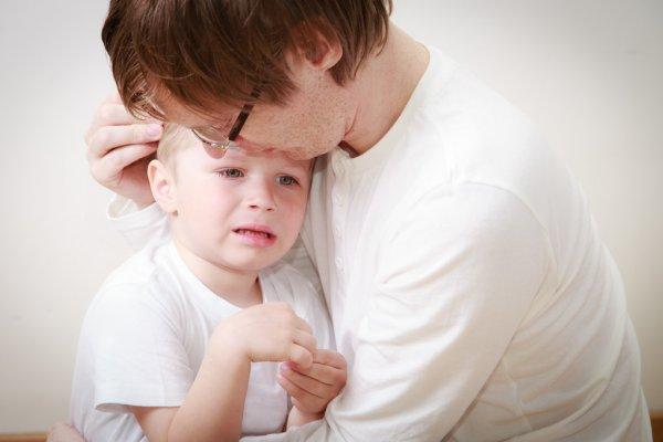 утешать ребенка