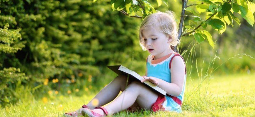 девчока читает