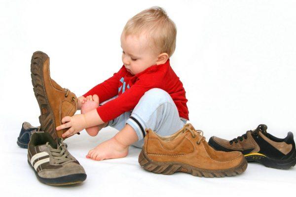 Малыш играет с обувью