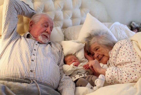 дедушка и бабушка и внук
