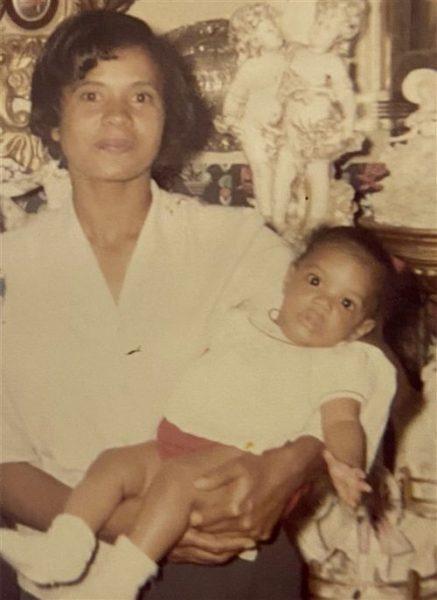 Лиза Райт на руках приёмной матери