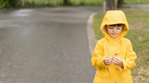 ребенок в дождевике