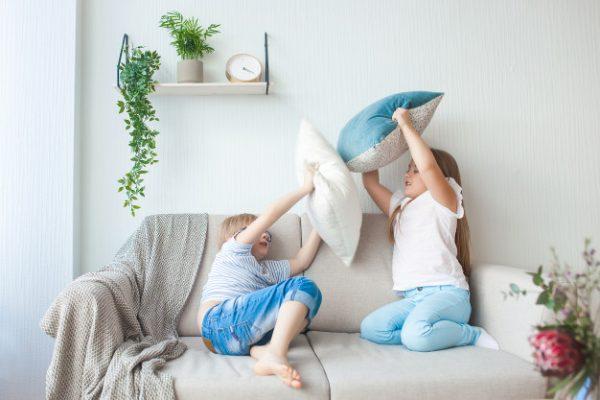Дети играют с подушками