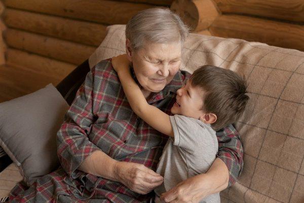 малыш и бабушка