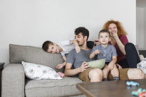 Дети с родителями на диване