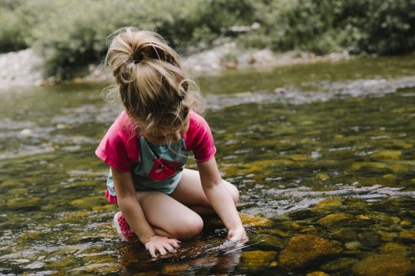 маленькая девочка у реки