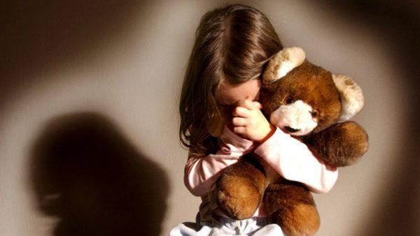 Девочка в обнимку с игрушкой