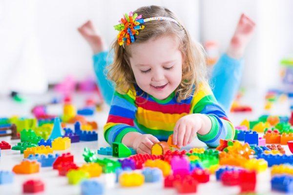 Девочка играет в конструктор