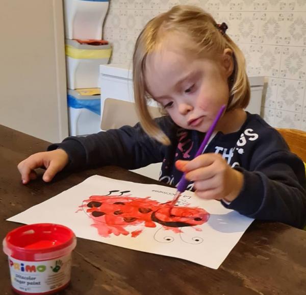Девочка с синдромом Дауна рисует