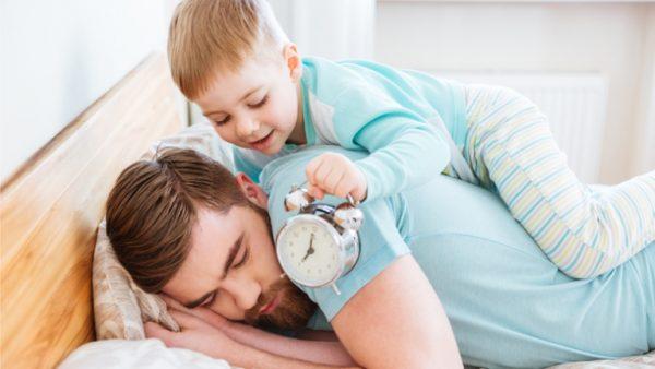 Ребенок будит отца