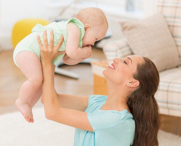 Мама смотрит на малыша