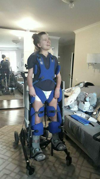 девушка проходит дорогостоящие курсы реабилитации