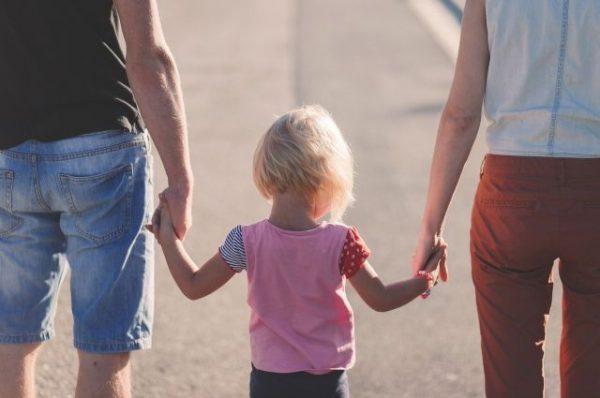 Приемная девочка думала, что обрела семью, но ее вернули обратно в приют. Позже выяснилось, что жизнь малышки неожиданно оборвалась