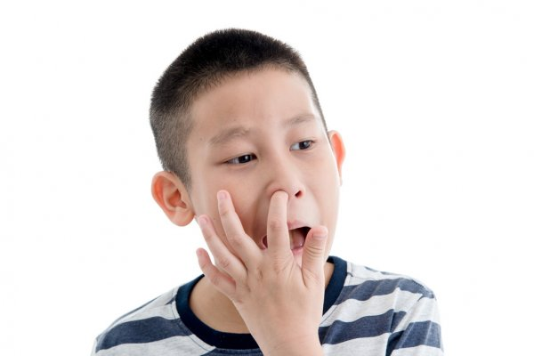 Ребёнок ковыряет в носу