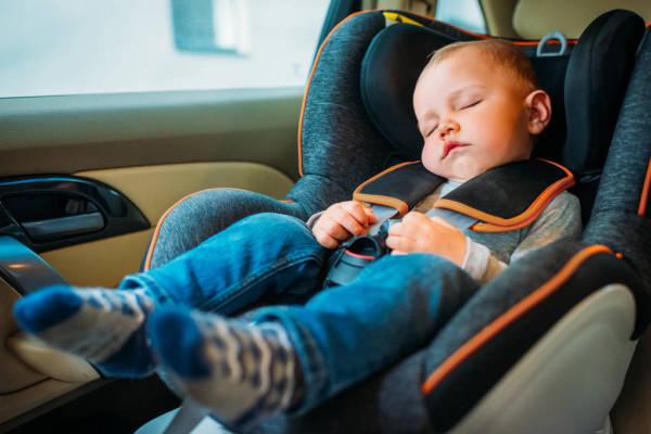 Мама младенца, который спит только в движущемся автомобиле, чуть не попала в полицию