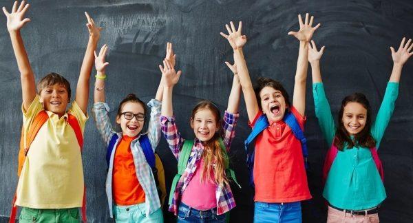 Родители школьников могут отправлять заявления на госуслугах на выплату 10 тысяч рублей