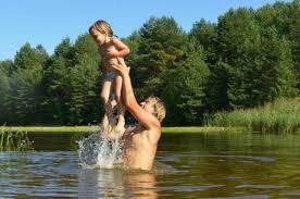 «Болезнь купальщиков», или «утиные блохи»: все об инфекции, которую дети все чаще подхватывают в водоёмах