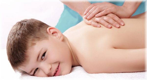 Подростку делают массаж